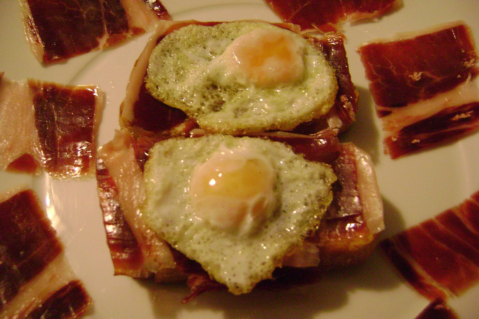 Ricetta: fetta biscottata con prosciutto iberico, pomodoro e uova di quaglia