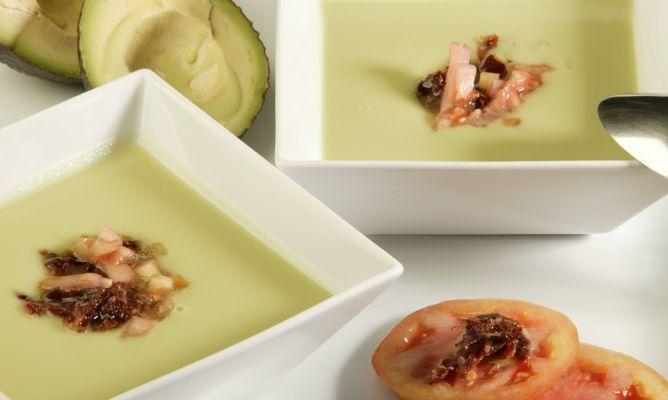 Zuppa fredda di avocado e prosciutto crudo